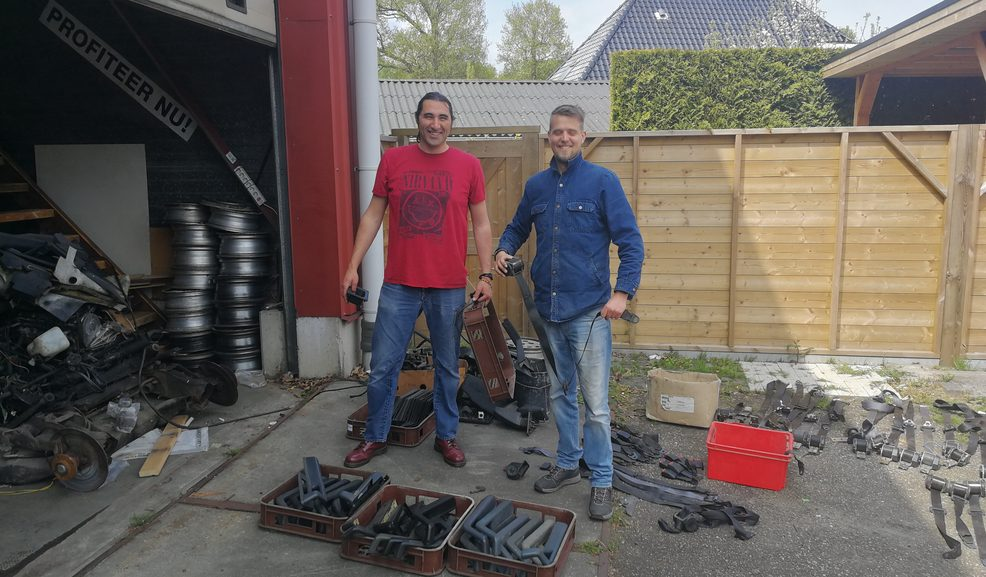 Peter en Roel van het magazijnteam bezig met het sorteren van onderdelen